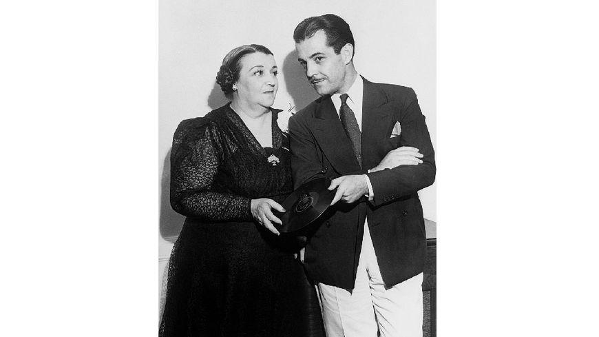 L'acteur Ramon Novarro félicite la compositrice mexicaine Maria Grever lors d'une réception d'anniversaire donnée en son honneur à New York.