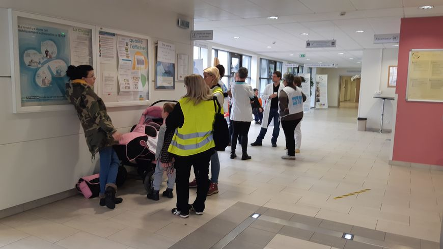 Personnel et gilets jaunes mobilisés pour défendre la clinique Saint-Luc de Schirmeck (Bas-Rhin).