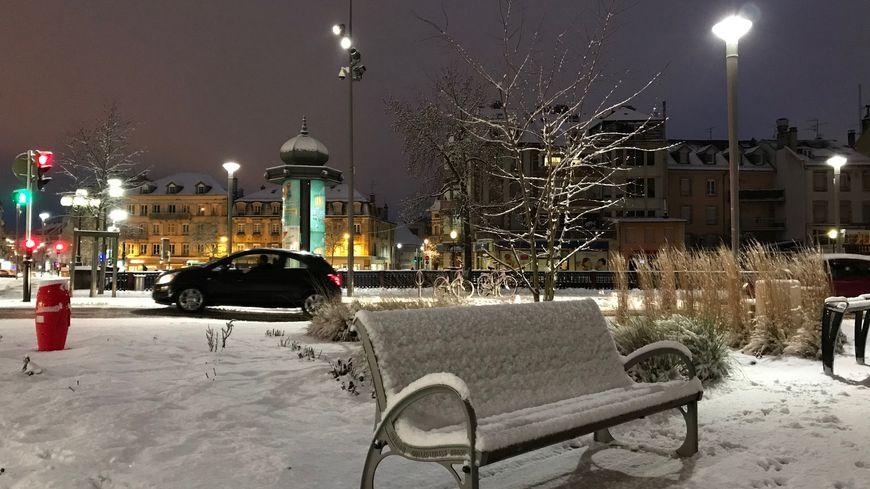 La neige recrouvre le centre-ville de Belfort ce jeudi matin, ici près du Pont Sadi Carnot.