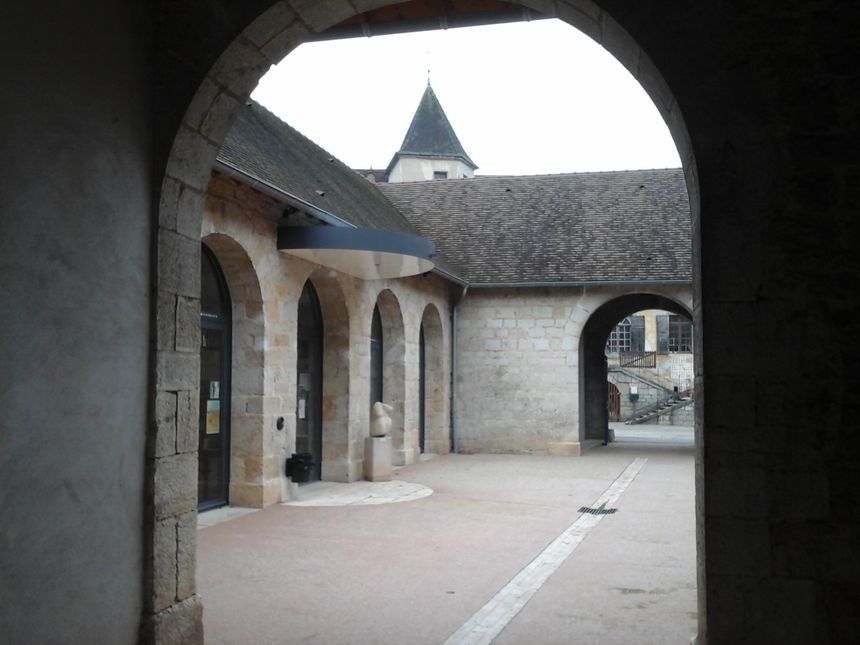 les anciennes halles aux grains, aujourd'hui médiathèque et théâtre de la Fête de la Pomme