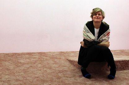 """L'artiste française Laure Prouvost, à côté d'une de ses installation vidéo """"Wantee"""""""