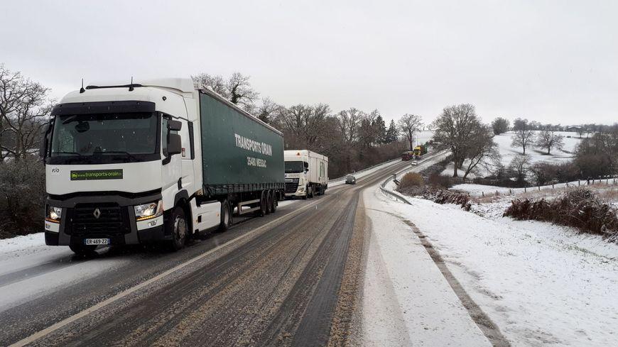 Des camions bloqués sur la RN 12 en Mayenne