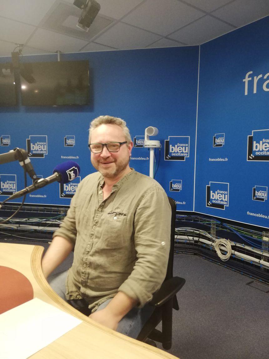 Florent Salinié dans les studios de France Bleu Occitanie