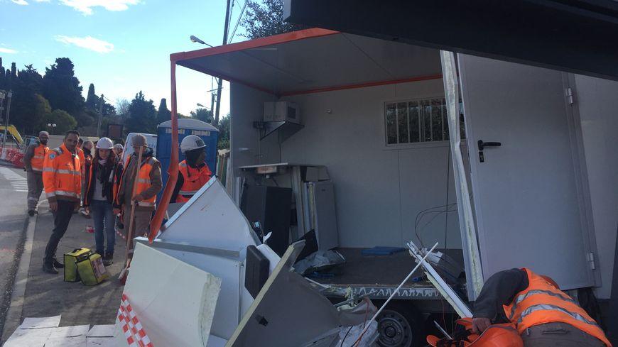 Un conducteur perd le contrôle de sa voiture qui finit sa course dans une cabane de chantier