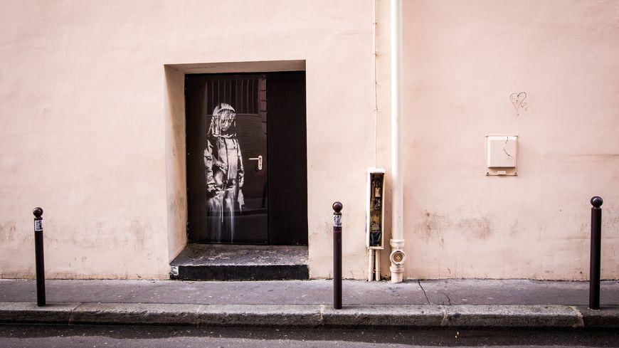 Le célèbre peintre de rue avait dessiné cette oeuvre en hommage aux victimes de l'attentat de novembre 2015.