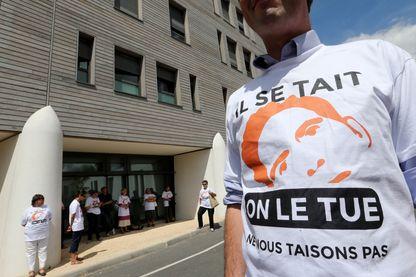 Un militant pour maintenir Vincent Lambert en vie, devant l'hôpital Sebastopol de Reims, lors d'une manifestation le 23 juillet 2015