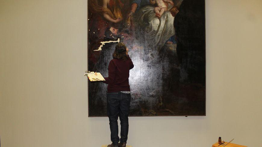 """Sylvie Sauvagnargues, restauratrice travaille sur le tableau """"La Vierge donnant une étole à Saint Hubert"""" d'Erasme Quelin depuis plus de 8 mois."""