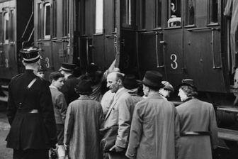 Des policiers escortent des réfugiés du Saint-Louis; venus d'Allemagne, dans un train à destination de la Hollande (17 juin 1939)