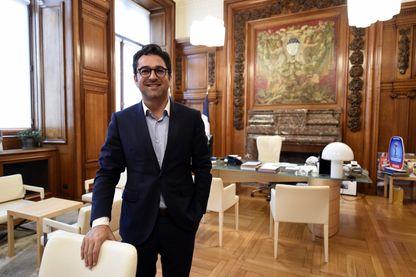 Arnaud Robinet, maire (LR - Les Républicains) de Reims, dans son bureau.