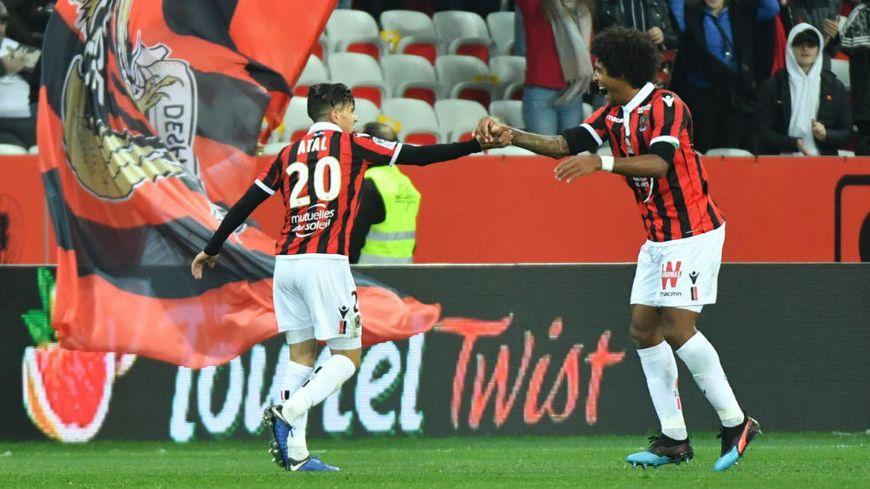 Youcef Atal (à gauche) est félicité par Dante pour son but