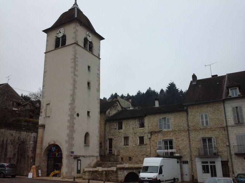 Le Musée est abrité dans le beffroi, le fameux clocher sans église, place de la Fidélité