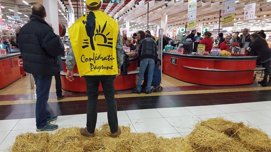 Avec leurs caddies, les agriculteurs présents ont bloqué les files des caisses du magasin