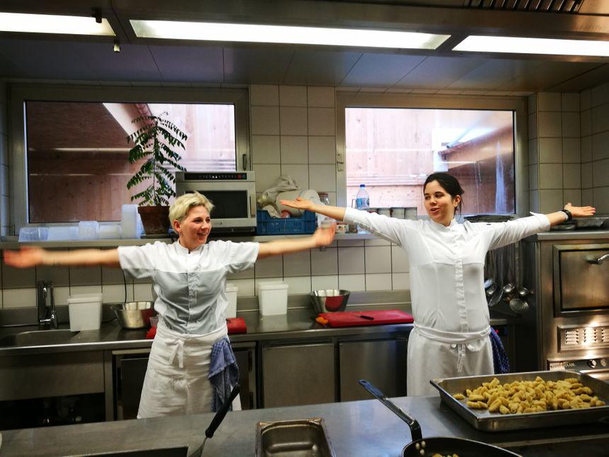 Deux cuisinières de l'équipe de l'Auberge Saint-Walfrid s'entraînent au «clapping» pour Matthieu Otto. Sarreguemines (Moselle), janvier 2019.