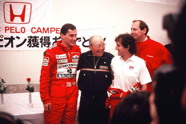 Ayrton Senna, Soichiro Honda, Alain Prost et Ron Dennis. Ce 30 octobre 1988 l'équipe fête le titre pilote pour Ayrton et constructeur pour McLaren