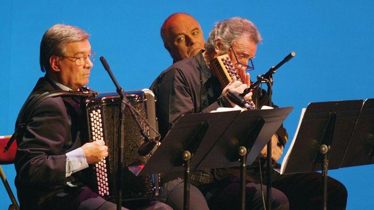 L'accordéoniste Marcel Azzola se produit le 01 janvier 2004, lors du traditionnel concert du Nouvel An dans la salle Favart à Paris.