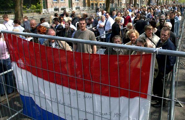 La foule devant la cathédrale de Rotterdam (Pays-Bas) pour rendre hommage à Pim Fortuyn le 9 mai 2002
