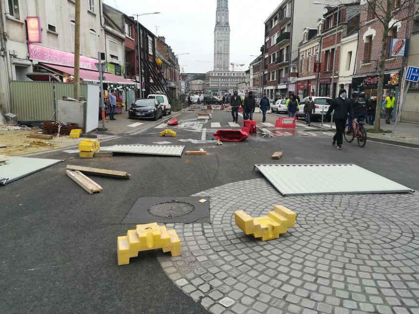 Quelques conteneurs poubelles et barrières de chantiers renversées par des manifestants rue Jules Barni à Amiens