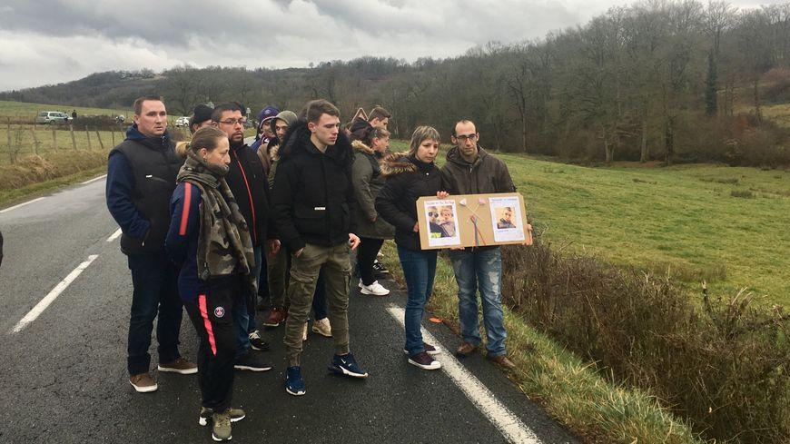 Les proches du jeune homme se sont recueillis sur le lieu de l'accident, à Nantheuil.