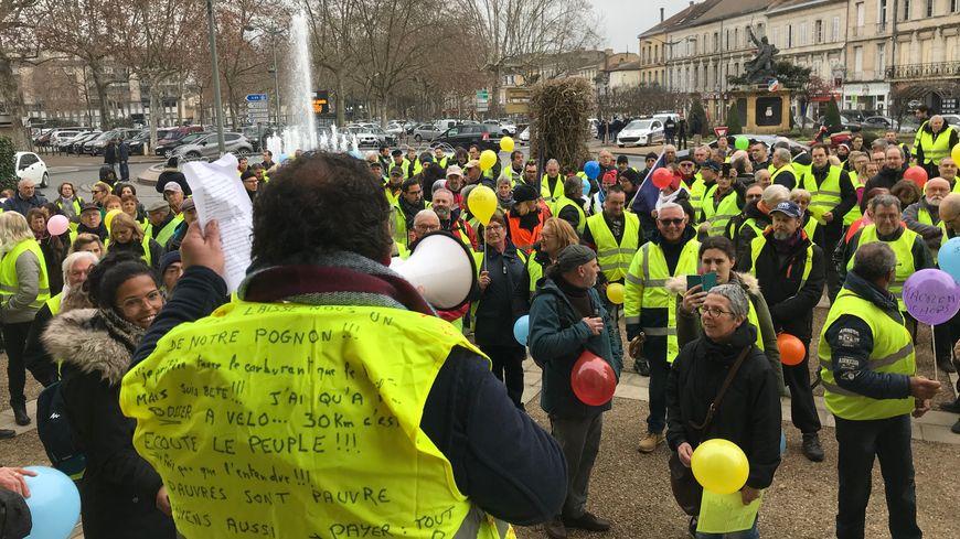 Les gilets jaunes bergeracois se sont d'abord rassemblés devant le tribunal avant de défiler dans le centre ville.
