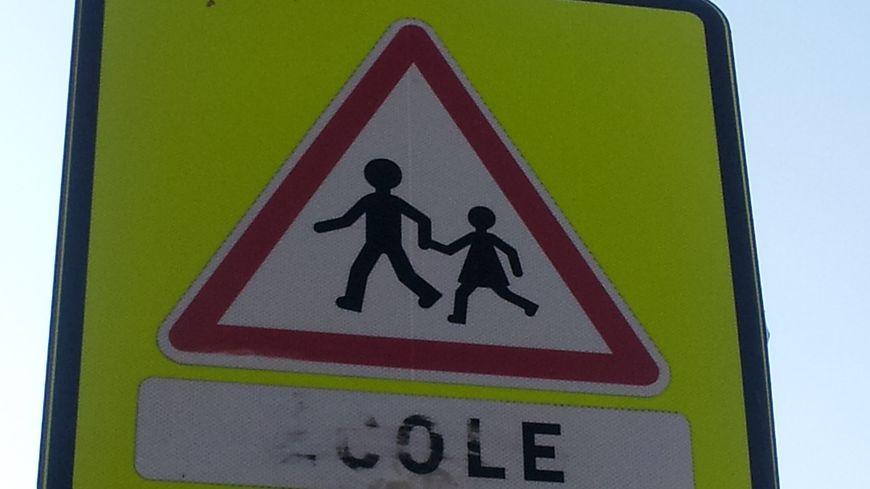 Un panneau à l'approche d'une école (illustration)