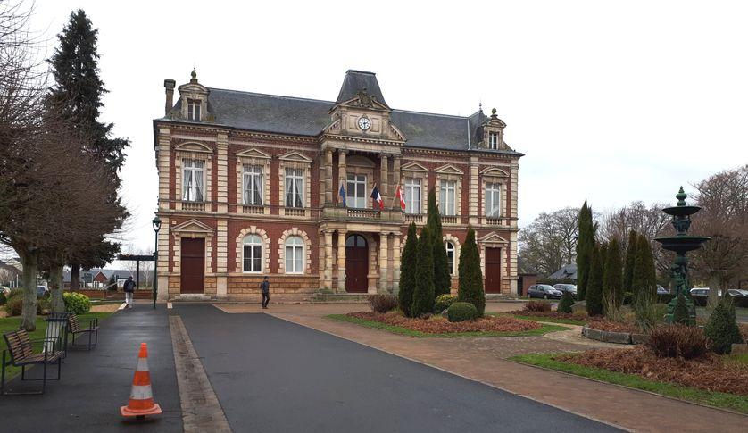 Le maire de Grand Bourgtheroulde a promis de remettre mardi à Emmanuel Macron le cahier de doléances rempli par ses administrés en mairie.