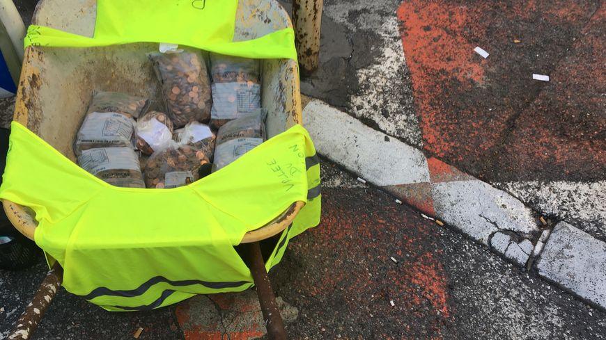 L'argent pour payer les amendes des gilets jaunes a été transporté en brouette jaune de Cantaron à Nice.
