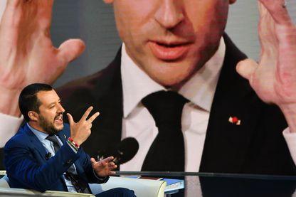 Le ministre de l'Intérieur italien Matteo Salvini lors d'une émission télé italienne, il évoque Emmanuel Macron dont le portrait est projeté derrière lui (20 juin 2018)