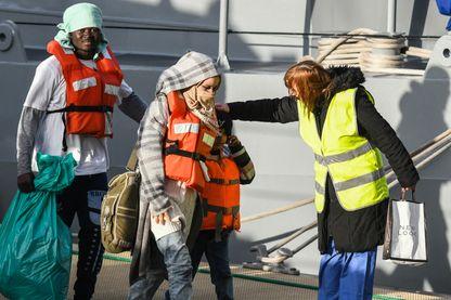 Des migrants du Sea-Watch débarquent à Malte, après qu'un accord entre Européens a été trouvé, le 9 janvier 2018.