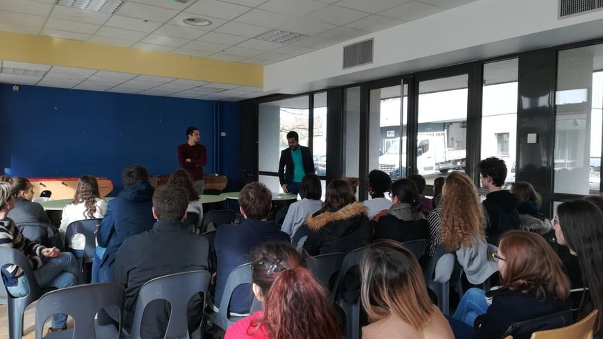 Une trentaine d'élèves de PMC et Jean Giraudoux ont assisté à l'intervention de Belkacem et Zaïr