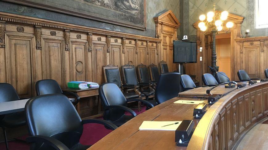 Les sièges où s'assoient les juges et les jurés