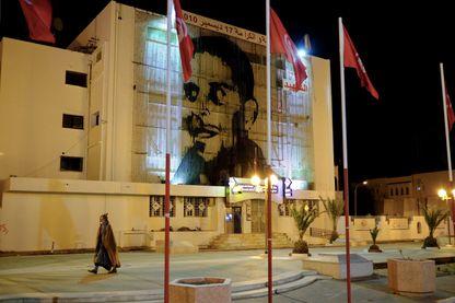Une photo de Mohamed Bouazizi, qui s'est immolé par le feu dans la ville de Sidi Bouzid il y a huit ans