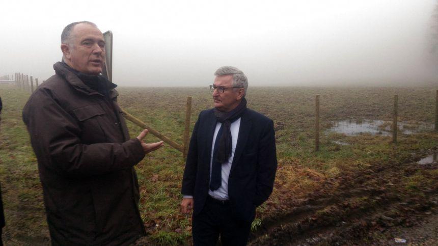 Didier Guillaume et René Collin, ministres français et wallon de l'Agriculture, devant une clôture anti-peste porcine