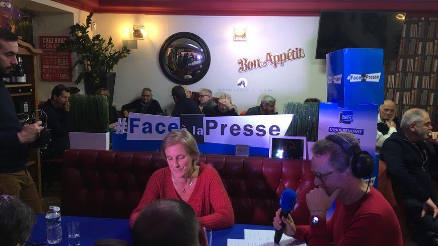 Ségolène Neuville dans le Face à la presse depuis la brasserie l'Alegria dans le centre ville de Prades