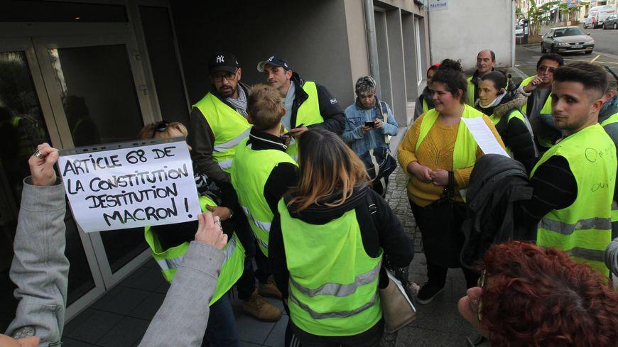 Des gilets jaunes devant la permanence du député Lionel Causse en novembre 2018.