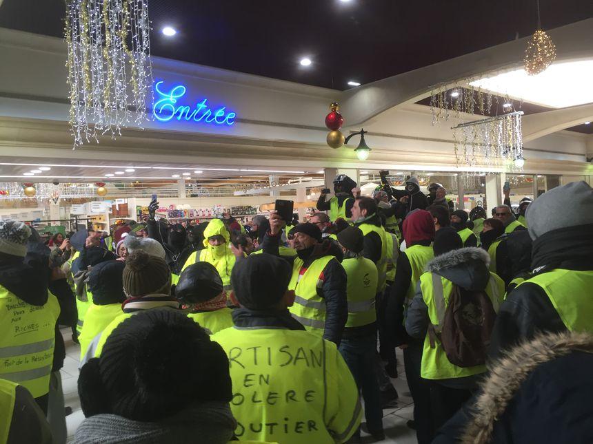 Les gilets jaunes dans le centre commercial des Angles.