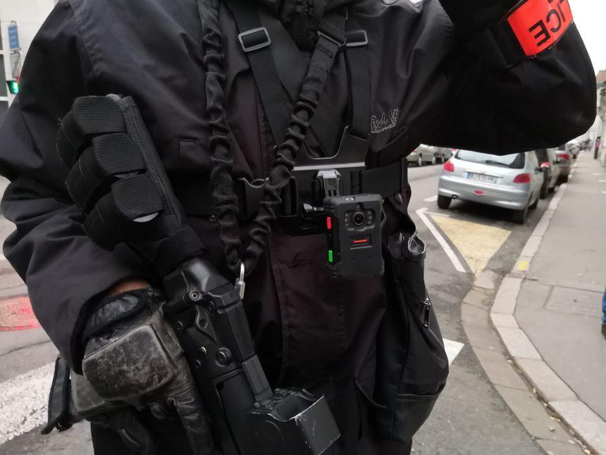 Les policiers étaient équipés ce samedi 26 janvier de caméras-piétons