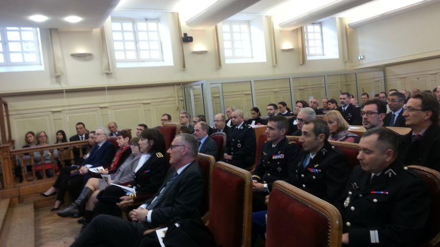 Les autorités présentes dans la salle d'audience pour l'audience solennelle de rentrée du tribunal de Bourges.