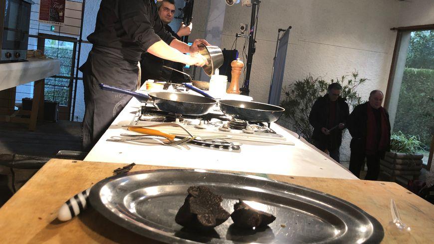 Un cuisinier en pleine préparation de son omelette aux truffes, sera t-il un top chef ?