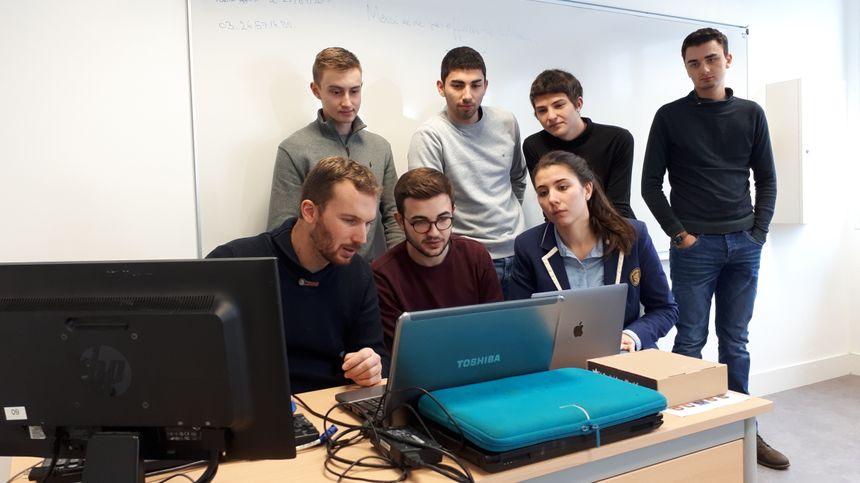 Le designer Vincent Rahir explique le fonctionnement du logiciel de modélisation aux étudiants