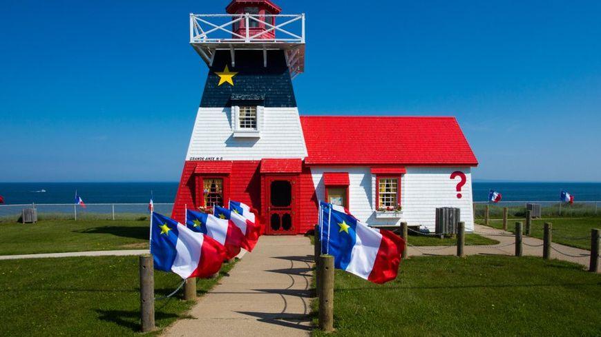 Le phare de Grande-Anse aux couleurs du drapeau de la Province.