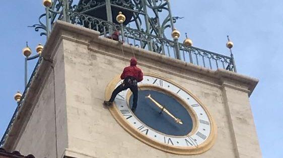 Un pompier descend en rappel le clocher de la cathédrale de Perpignan