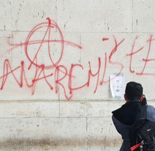 """Le 1er décembre 2018 à Paris, symbole anarchiste bombé dans une manifestation des """"gilets jaunes"""""""