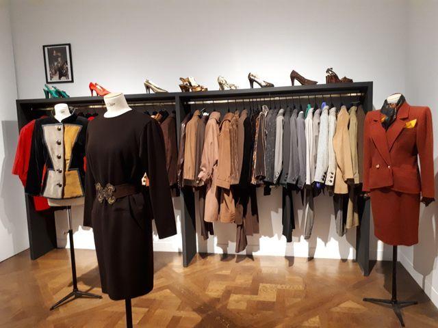 Jusqu'au 24 janvier, les visiteurs pourront même essayer certaines pièces, créées sur mesures pour Catherine Deneuve par Yves Saint Laurent