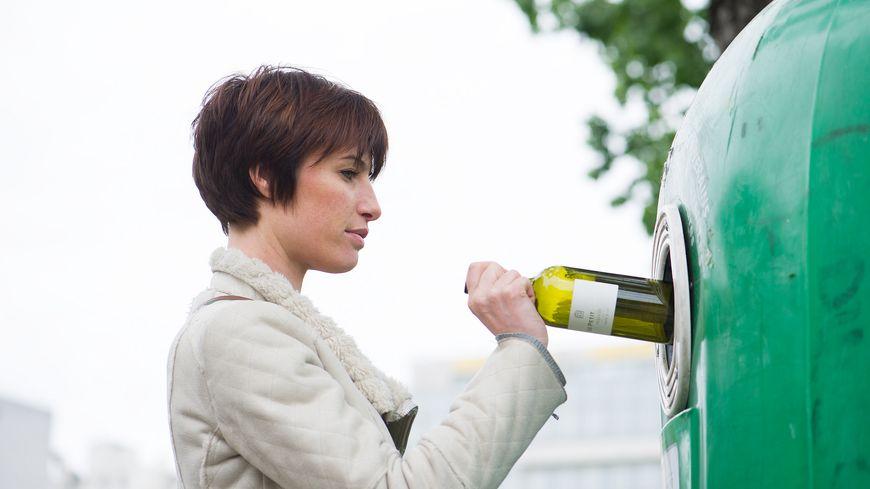 Un conteneurs à verre classique peut contenir 300 kg de bouteilles. Quand elles sont broyées, la quantité est de 5 tonnes.