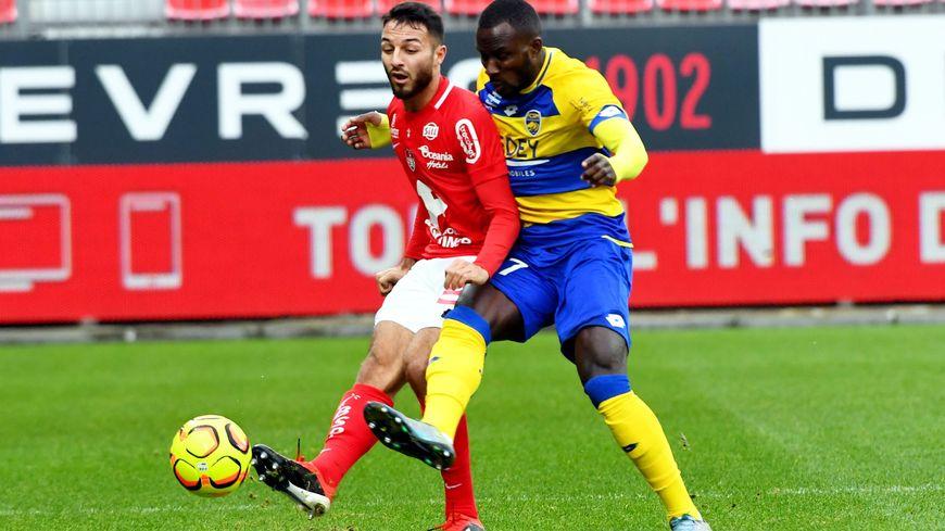 Haris Belkebla, ici à la lutte avec Sané, et les Brestois ont été bousculés par Sochaux.