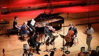 Vente aux enchères de Radio France : du piano Steinway à l'horloge de studio