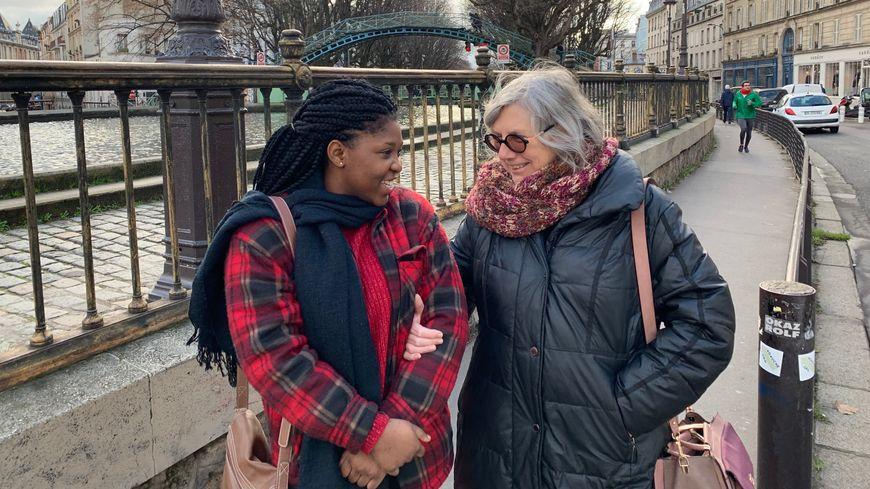 Tatiana (20 ans) et Anne-Marie (75 ans) se promènent le long du canal Saint-Martin.
