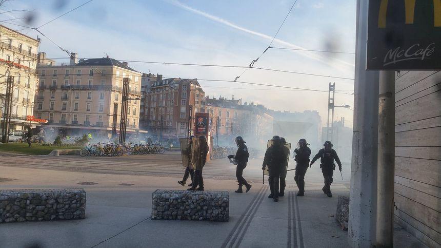 Les forces de l'ordre ont dispersé les manifestants à l'aide de gaz lacrymogène