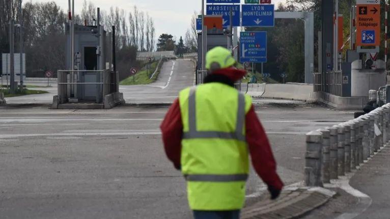 Un gilet jaune à un péage d'autoroute (illustration) © AFP - Boris HORVAT