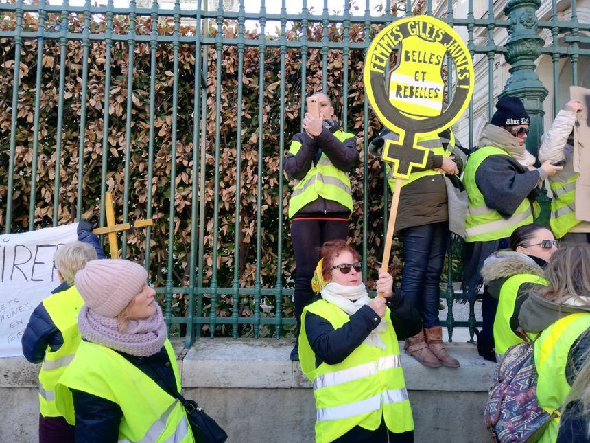 De nouveaux slogans pour une manifestation inédite des gilets jaunes, composée pratiquement exclusivement de femmes.